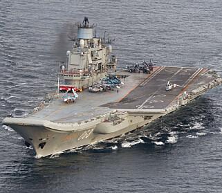 MYE RØYK: «Admiral Kuznetsov» er Russlands eneste hangarskip. Hun bærer preg av de enorme omveltningene og omstillingene det russiske forsvaret har vært gjennom siden Sovjetunionens oppløsning. Her utenfor Andøya i forrige uke. Foto: Forsvaret.