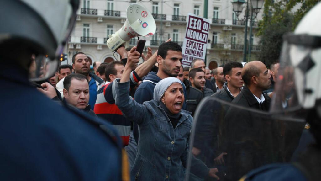 INNVANDRERE HJEM: Norge har betalt for at 874 innvandrere har funnet veien til hjemlandet fra Egypt det siste året. Her protesterer egyptiske innvandrere utenfor egypts ambassade i Athen i fjor høst. Foto: AP / Thanassis Stavrakis / NTB scanpix