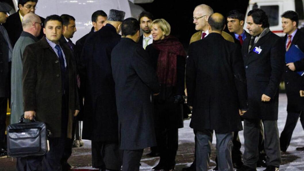 <strong>MOTTATT:</strong>  Forsvarsminister Anne-Grete Strøm-Erichsen tar i mot Afghanistans president Hamid Karzai på Gardemoen mandag kveld. Foto: Vegard Grøtt / NTB scanpix