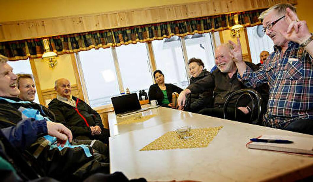 <strong>GOD STEMNING:</strong> Hver dag møtes pensjonister og fiskere for å løse verdensproblemer på Fiskarheimen Havly. Fra venstre Walter Nilsen (76), Tor Kjetil Pettersen (55), Halfdan Karlsen (76), Harjeet Jassal (41), Martha Hansen (89), Hans Arne Hanssen (65) og Jens Thorsteinsen (56). Foto: ANITA ARNTZEN