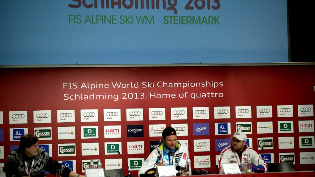 <strong>LATTERMILDT:</strong> Aksel Lund Svindal (i midten) henvendte seg til bronsevinner David Poisson og spurte om han hadde dopet seg. Foto: Bjørn Langsem