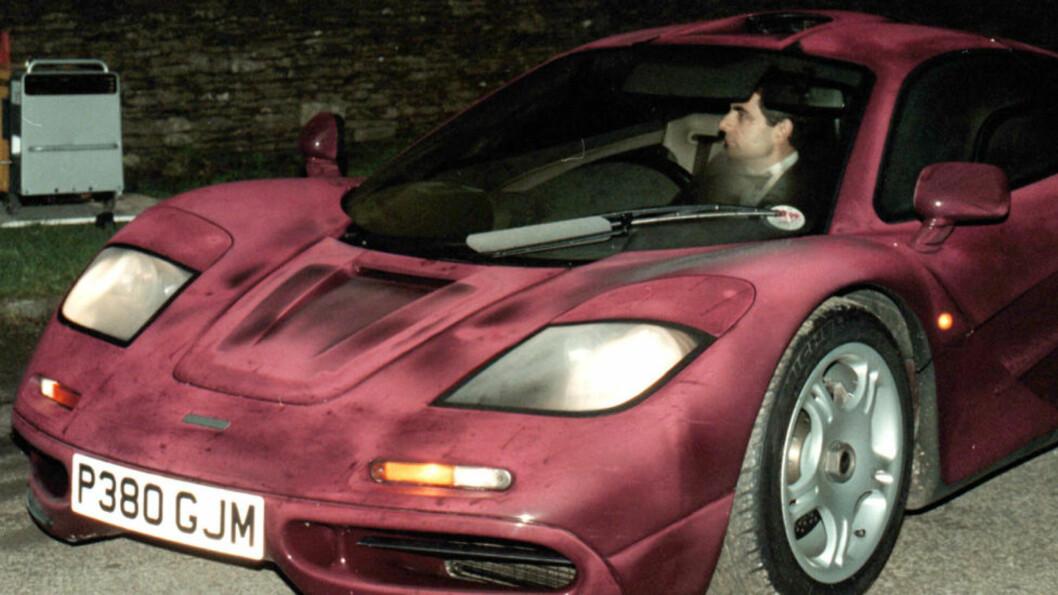 MCLAREN F1: Dette bildet fra november 1998 viser Rowan Atkinson bak rattet i sin McLaren F1. 13 år senere smadret han den etter å ha mistet kontroll over superbilen. AP PHOTO / Barry BATCHELOR