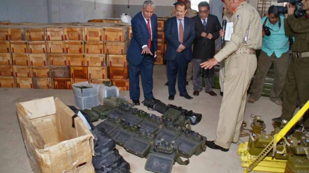 <strong>BESKUER:</strong> Jemens innenriksminister Abul-Quader Qahtan (t.v.) og sikkerhetssjef Ali al-Ahmadi (nummer to f.v.) tar litt av våpenlasten - som angivelig er fra Iran - nærmere i øyesyn. Foto: AFP / NTB Scanpix