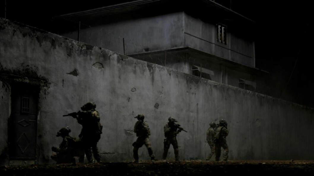 <strong>RAID I NATTA:</strong> Dette bildet er tatt fra filmen «Zero Dark Thirty». Folka bak filmen kan tjene millioner. Mannen som skjøt bin Laden er blakk. Foto: AP / Columbia Pictures Industries / Jonathan Olley / NTB scanpix