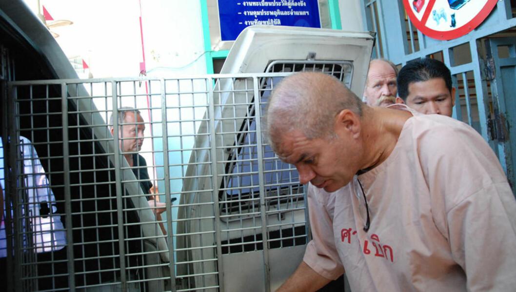 <strong>PÅ VEI TIL RETTEN:</strong> Stein Dokset (50) er tiltalt for å ha drept sin thailandske ekskjæreste med overlegg og risikerer dødsstraff eller livstidsdom. Her på vei til retten fra fengselet i dag. Foto: RALF LOFSTAD / DAGBLADET