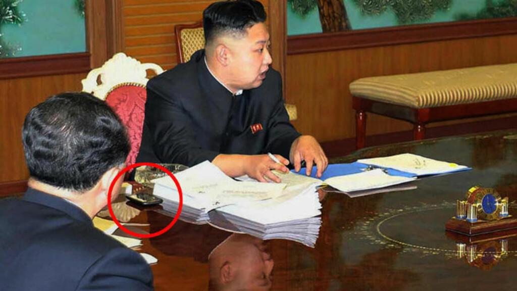 TELEFONMYSTERIE: Dette udaterte bildet ble offentliggjort av Korean Central News Agency (KCNA) 27. januar og skal angivelig vise statslederen på et atommøte med nasjonale sikkerhetsrådgivere. Det som opptar massene mest er likevel den mystiske telefonen på siden hans. Foto: AFP / KCNA VIA KNS / NTB scanpix