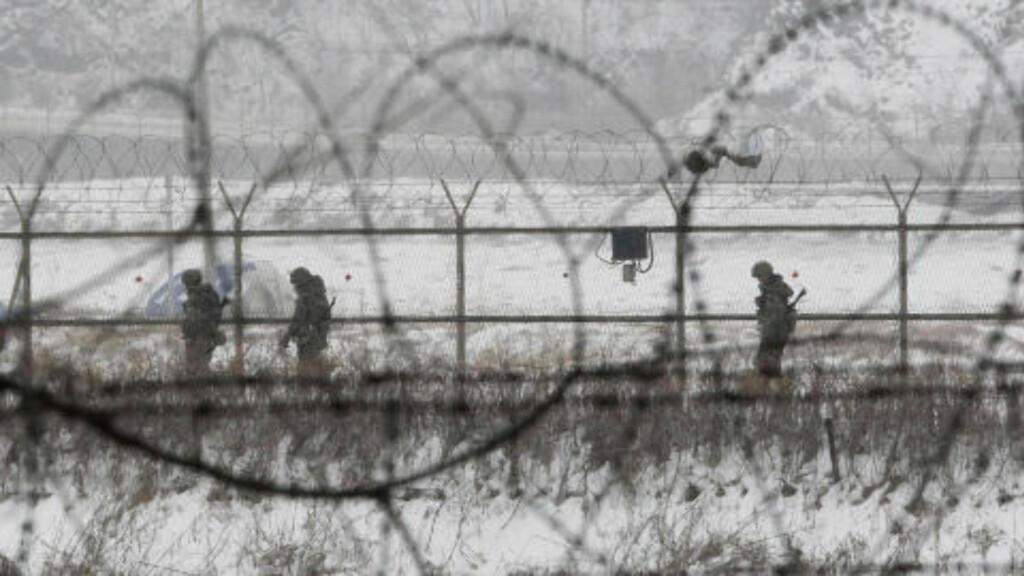 UNDERERNÆRING: For innbyggere i Nord Korea har det ikke innebært store endringer at Kim Jong-un har overtatt leder-stafetten fra sin far.  Bistandsorganisasjoner sier at underernæring fortsatt er sterkt til stede på landsbygda, hvor innbyggerne mangler tilgang til rent vann og sanitære forhold. Dette bildet er fra grensa mellom Sør Korea og Nord Korea. Foto: Ahn Young-joon / Scanpix
