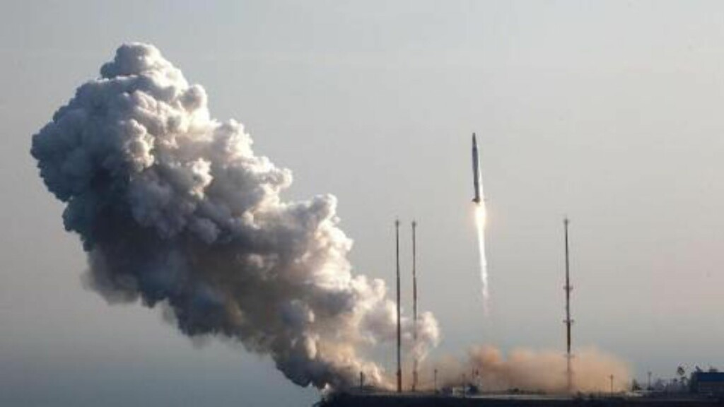 LANGDISTANSERAKETT: I desember i fjor gjennomførte Nord Korea, med Kim Jong-un i spissen, en oppskyting av en langtrekkende rakett. Foto: Korea Aerospace Research Institute / AP / Scanpix