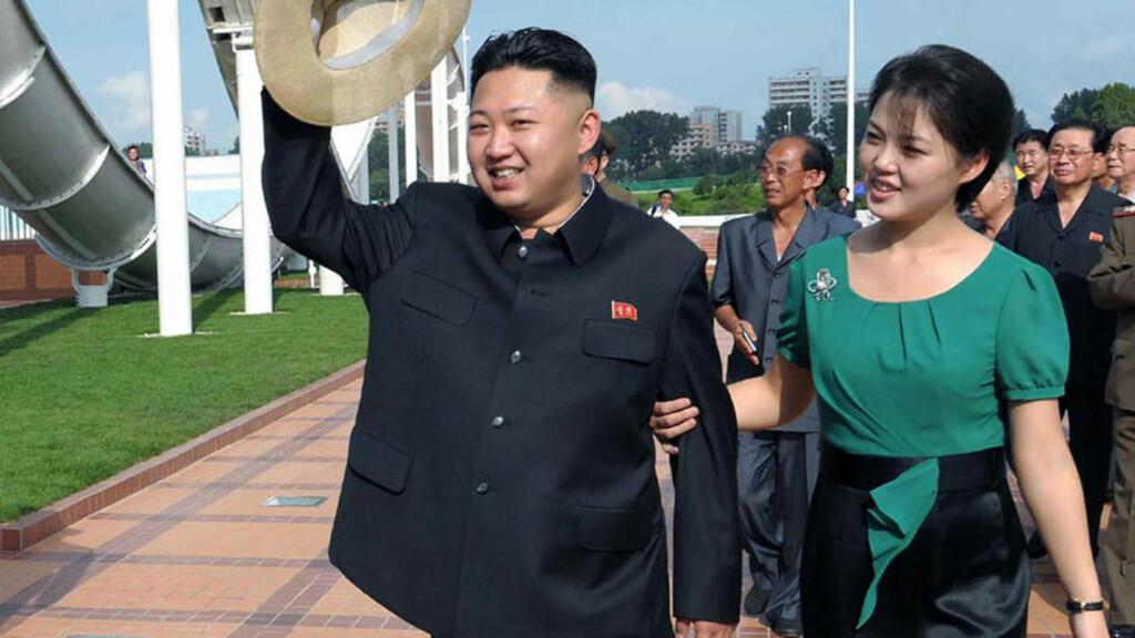 MED KONA: Nord Koreas leder Kim Jong-un tar  imotsetning til sin far  ofte med seg sin kone Ri Sol ju på ofesielle besøk. Foto: Scanpix