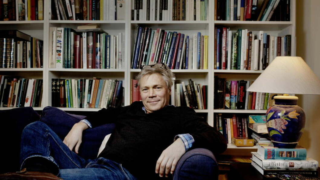 <strong>MYE JOBB:</strong> Det blir mye manus når Kim Haugen setter seg i sofaen for å lese. - Jeg skulle blitt satt i fengsel, så jeg fikk tid til å lese mer, sier skuespilleren. Foto: ADRIAN ØHRN JOHANSEN