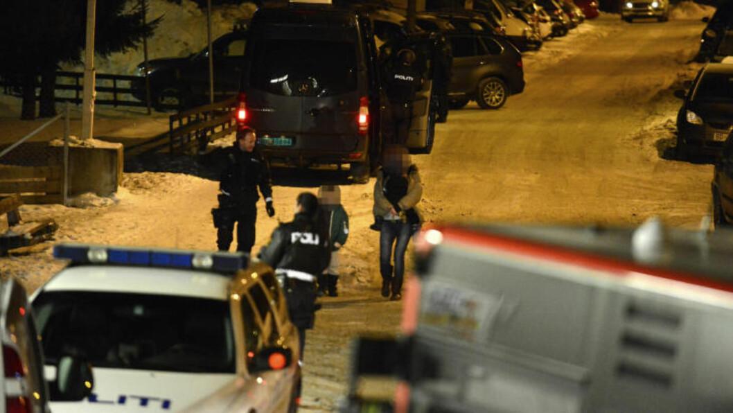 <strong>MIDT PÅ NATTA:</strong>  Klokka 03.30 startet politiet evakueringen av naboleilighetene. Barnefamilier og hunder fylte opp bussen som fraktet dem ut i sikker sone. Foto: Øistein Norum Monsen / Dagbladet