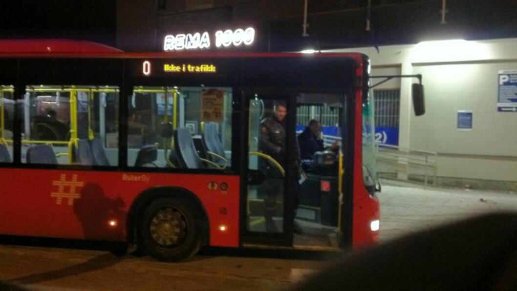 <strong>KJØRT INN BUSS:</strong>  Oslo-politiet har plassert en buss på Lambertseter i Oslo, som en del av planleggingen av evakuering av leiligheter. Foto: Øistein Norum Monsen / Dagbladet