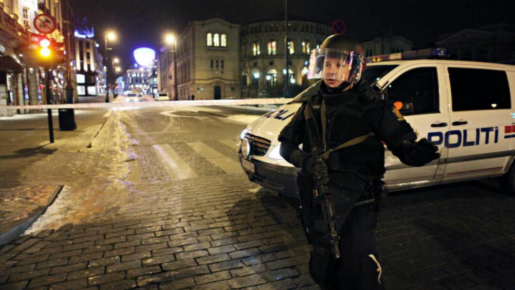 <strong>AVSPERRET:</strong> En mann, som er beskrevet å være i 35-årsalderen, skal ha framsatt ukonkrete trusler. Dette skjedde da mannen tok bussen til Sandvika, og bussjåføren har forklart at mannen nevnte Stortinget, som nå er avsperret. Foto: Frank Karlsen / Dagbladet