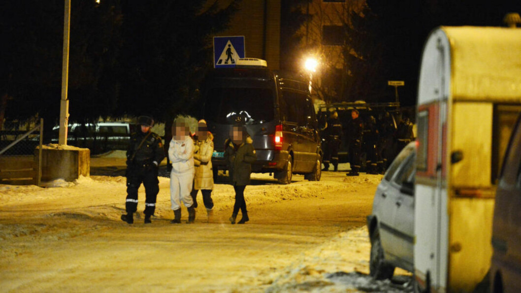 <strong>FRAKTET VEKK:</strong>  Politiet har evakuert flere beboere på adressen hvor mistenkte bor. Politiet vil så gå til aksjon mot mannens leilighet. Foto: Øistein Norum Monsen / Dagbladet