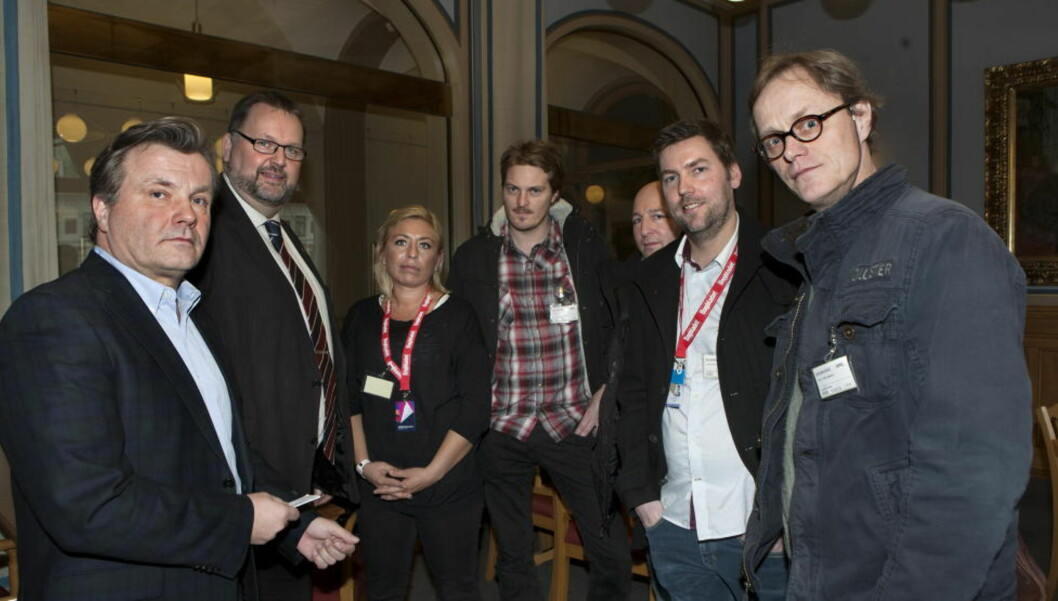 <strong>PÅ STORTINGET:</strong> - Å forby salg av tobakk på festivaler er en gavepakke til organiserte kriminelle som leter etter arenaer for å selge ulovlige sigaretter, konkluderer Festival-Norge. Her ser vi festivalledere på Stortinget, fra venstre: Ib Thomsen (Frp), Svein Harberg (H), Benedikte Nilsen (Hovefestivalen), Gunder Gundersen (Slottsfjell), Kenneth Isaksen (sikkerhetsselskapet Prosec), Geir Oterhals (Bylarm) og Jørgen Roll (Norwegian Wood). Foto: Anders Grønneberg/ Dagbladet