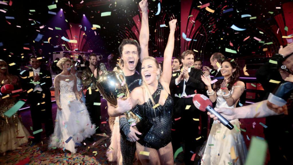 DAMENES AFTEN: «TV2 lager først og fremst damenes TV-aften. Det er dobbelt så mange kvinner som menn som liker Senkveld veldig godt, og det er over tre ganger så mange kvinner som liker ?Skal vi danse?», skriver kronikkforfatterne. Artist Hanne Sørvaag og danser Egor Filipenko vant finalen av det TV2 sendte programmet «Skal vi danse» i fjor. Foto: Stian Lysberg Solum / NTB Scanpix