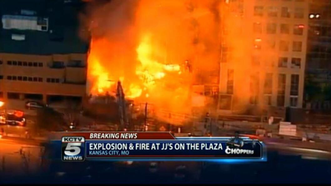 Minst 16 personer er skadd i en enorm eksplosjon og brann i Kansas City. Foto: AP Photo/KCTV