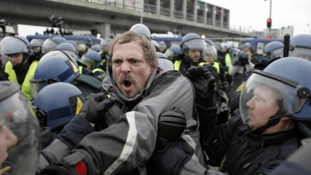 <strong>RAPPORTERTE:</strong> Christian Høibø var til stede og rapporterte til PST blant annet fra de voldsomme demonstrasjonene under klimatoppmøtet i København i 2009. Her demonstranter utenfor Bella center, der møtet fant sted. Foto: AP / NTB Scanpix