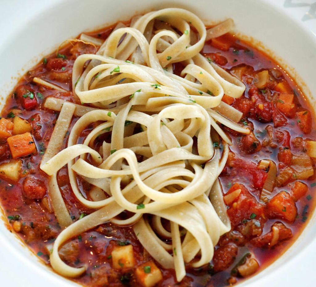 MINESTRONESUPPE: Navnet betyr «suppa med mange ingredienser» og Brimi lager sin variant med bacon, rotgrønnsaker, løk og masse tomater. Friske urter, litt chili og god olivenolje hører med. Foto: METTE MØLLER