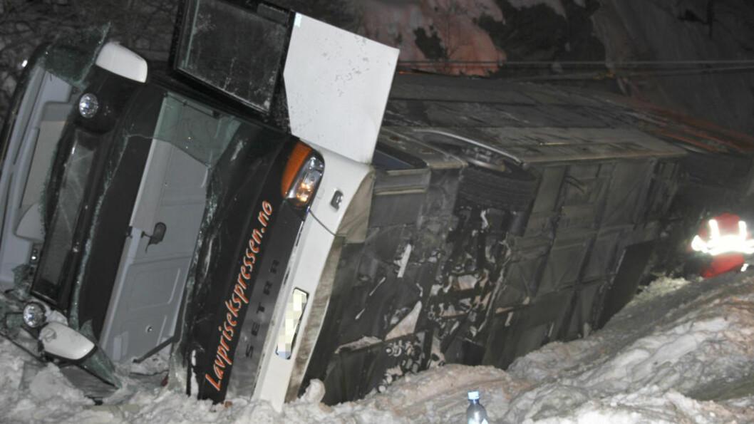 <strong> SJÅFØREN INNRØMMER AT HAN SOVNET:</strong>  Bussen fra Lavprisekspressen veltet mot fjellskråningen etter at den kjørte av E6 like sør for Dombås ved 04-tiden i natt. Ni passasjerer ble skadd, deriblant en kvinne som ble alvorlig skadd etter å ha ligget fastklemt halvannen time. Hun ble fløyet med helikopter til sykehuset i Lillehammer. Foto: Gro Anita Myhren, Vigga / NTB Scanpix.