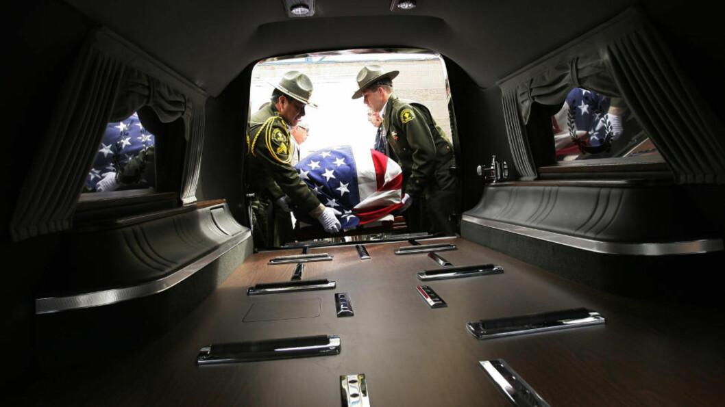 <strong>DREPT:</strong> Her blir kista til San Diego-tjenestemannen Jeremiah MacKay fraktet til bisettelsen. Han var et av ofrene til Christopher Dorner. Foto: STAN LIM / AP / NTB SCANPIX