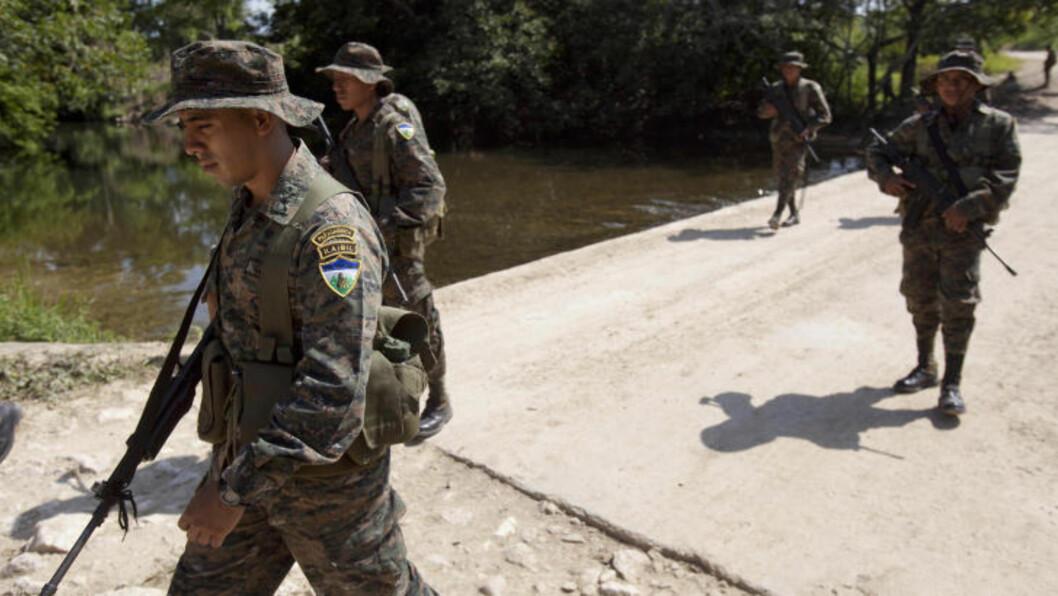 <strong>PATRULJERER:</strong>  Soldater patruljerer områdene nær San Valentin, nord i Guatemala - ved grensa til Mexico. Dette området er ansett for å være kontrollert av det mexikanske kartellet Zeta, som er en av fiendene til kartellet Sinaloa - som igjen ledes av «El Chapo». Foto: Moises Castillo / AP Photo / NTB Scanpix