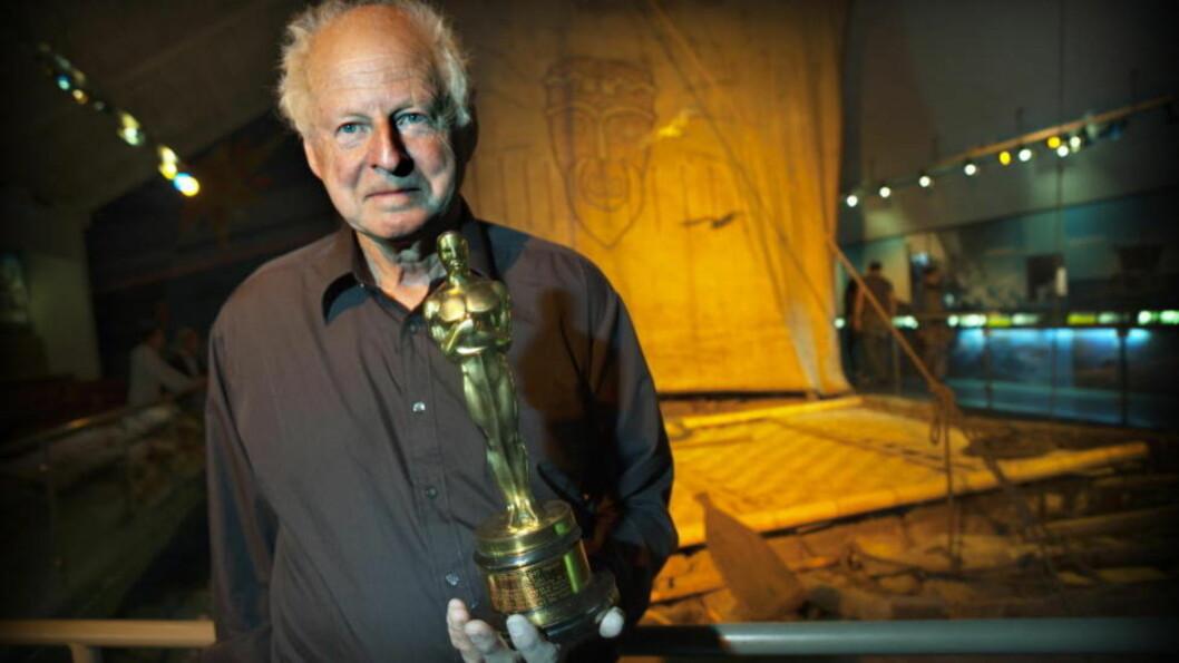 <strong>Sønnen:</strong> Thor Heyerdahl jr. er styreleder ved Kon-Tiki Museet. Her står han foran den originale Kon-Tiki-flåten mens han holder farens Oscar-statuett fra 1952. Foto: Anders Grønneberg