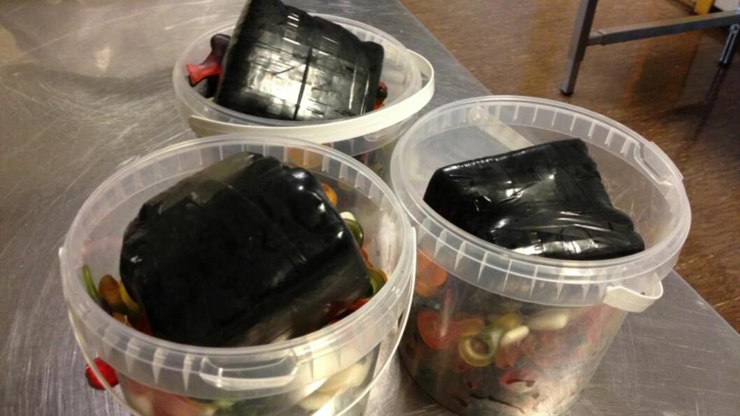<strong>GODTERI-HASJ:</strong> Tollerne i Kristiansand fant 1,6 kilo hasj i godteribøttene. Foto: Tollvesenet