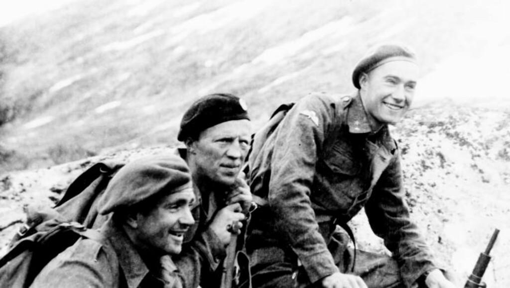 I FJELLET: Etter tungtvannsaksjonen ble Joachim Rønneberg (til høyre) sendt til Tafjordfjellene for å organisere sabotasjeaksjoner mot jernbanen. F.v. Olav Aarsæther, Birger Strømsheim og Rønneberg. Foto: Ascheoug