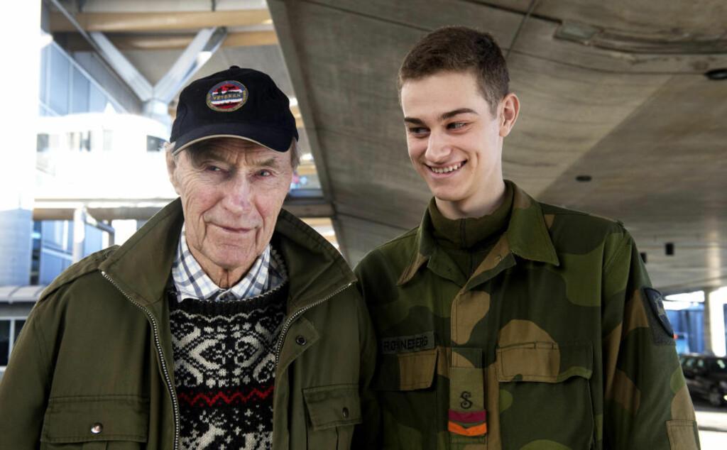 EN INSPIRATOR: Joachim Rønneberg (94) og barnebarnet Joachim Rønneberg (19) møttes på Gardermoen dagen før den første makeringen av 70-års dagen for aksjonen mot tungtvannsanlegget på Vemork.  Foto: Øistein Norum Monsen / DAGBLADET