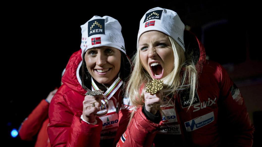 <strong>JUBELJENTER:</strong> Marit Bjørgen og Therese Johaug med medaljene på premieutdelingen i Cavalese. Johaug var sterkest i dag, og gullet på 10 kilometer fristil unnslapp Bjørgen en gang til. Foto: Bjørn Langsem / DAGBLADET.