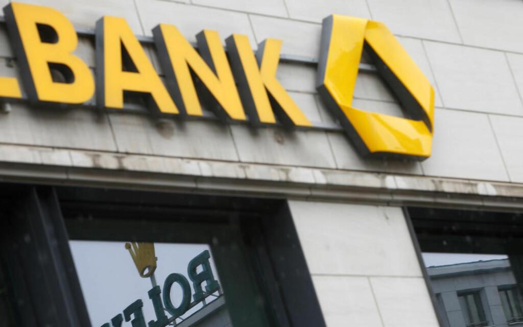 BONUSTAK:  En Rolex-logo reflekteres i vinduet til en bank i Frankfurt. EU er enige om tak på bonusene i europeiske banker. Foto: REUTERS/LISI NIESENER