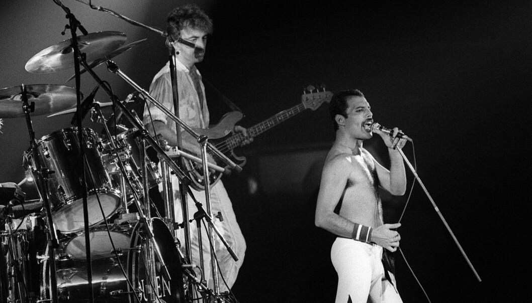MØTTES SOM UNGDOM: Det var i 1970 at gutta i Queen traff hverandre og dannet gruppen. Det skulle vise seg å være en lur idé. Bandet ble et av de mest suksessfulle gjennom tidene, og huskes fortsatt for sine utallige hitsingler. Her fra en konsert i Paris i 1984.Foto: AFP PHOTO FILES, NTB scanpix