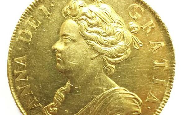 EN AV 20: Gullmynten som skal auksjoneres bort er en av 20 som ble laget tidlig på 1700-tallet. Foto: Boningtons