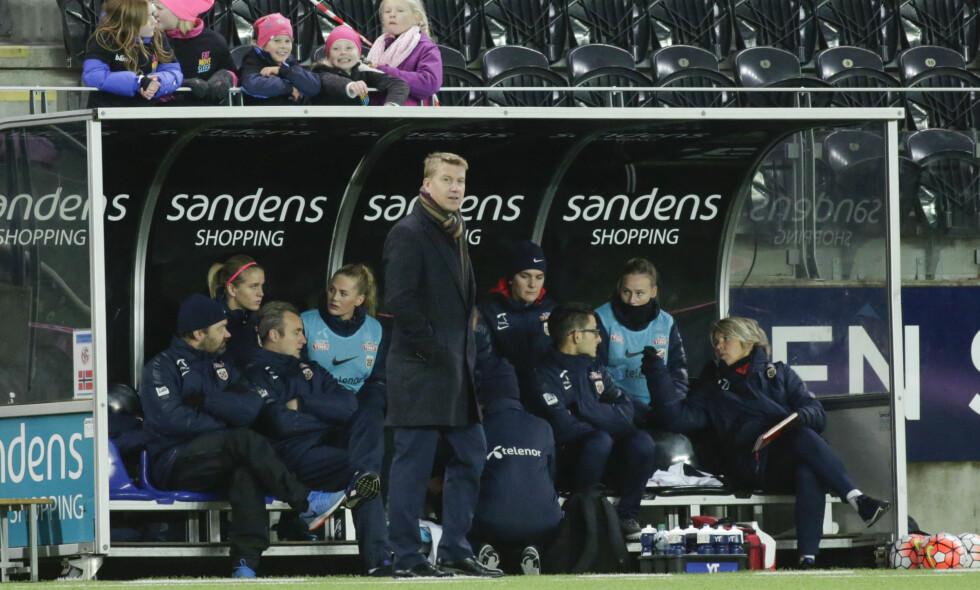 BLIR IKKE KVINNE-TRENER: Leif Gunnar Smerud har forpliktet seg til U21-gutta og vil være opptatt med dem de to neste årene. Det liker jentene dårlig, som hadde tatt Smerud på strak arm etter tre perfekte treningsdager og 0-0 mot Sverige i Kristiansand.