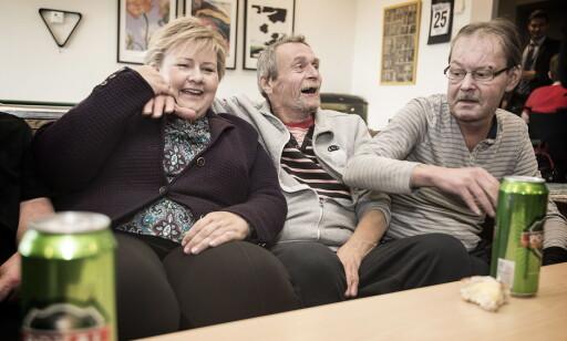 KOSTE SEG: Erna Solberg (H) fikk et hyggelig møte med beboerne på Stokke sykehjems rusavdeling, som nettopp hadde kommet hjem fra butikken. Alle foto: Hans Arne Vedlog / Dagbladet