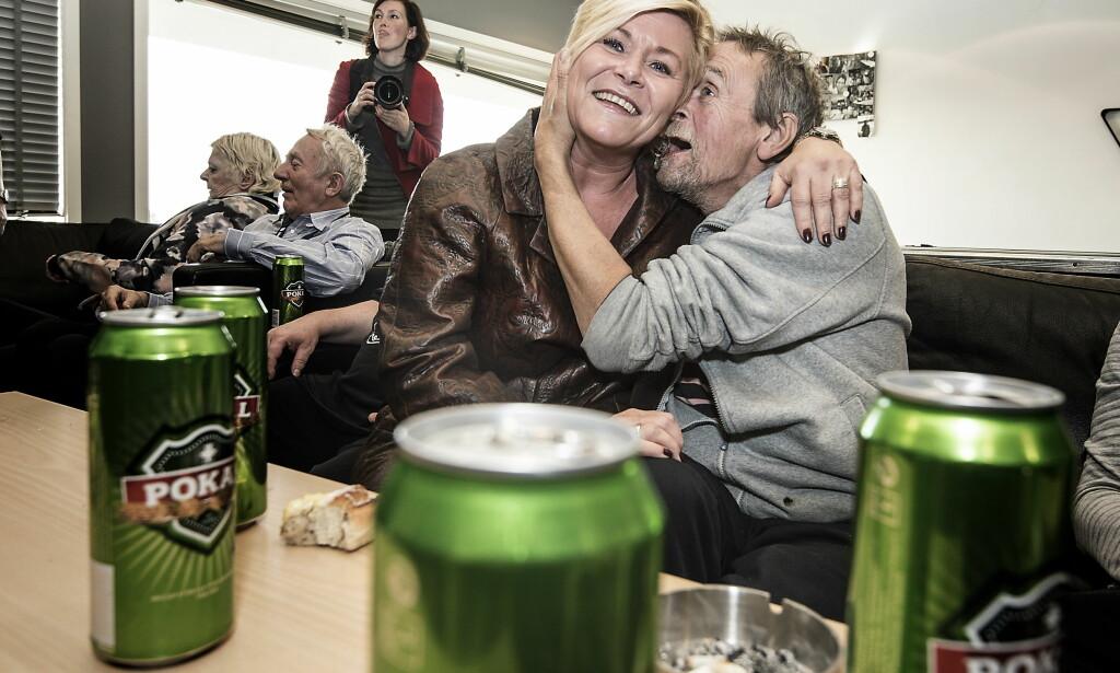 FEST PÅ SYKEHJEMMET: Tirsdag besøkte Siv Jensen (Frp) og de andre partilederne fra firepartisamarbeidet Stokka sykehjem. Da de gikk innom rusavdelinga på sykehjemme ble det god stemning. Alle foto: Hans Arne Vedlog / Dagbladet