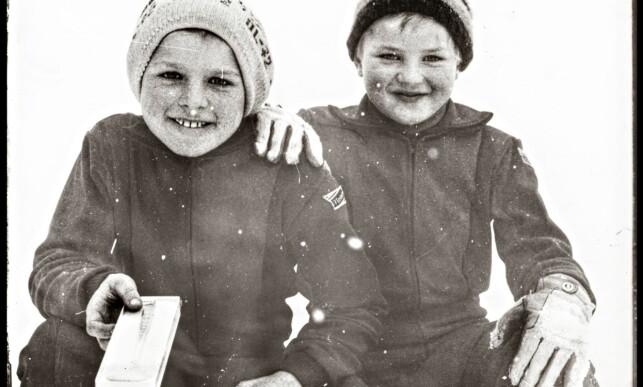 SKISPORT: Forfatter Thor Gotaas sammen med Lars Gotaas etter kretsrennet på Veldre 1975. Førstnevnte er nå jaktstartklar med «Mitt liv som middels langrensløper». Foto: Privat