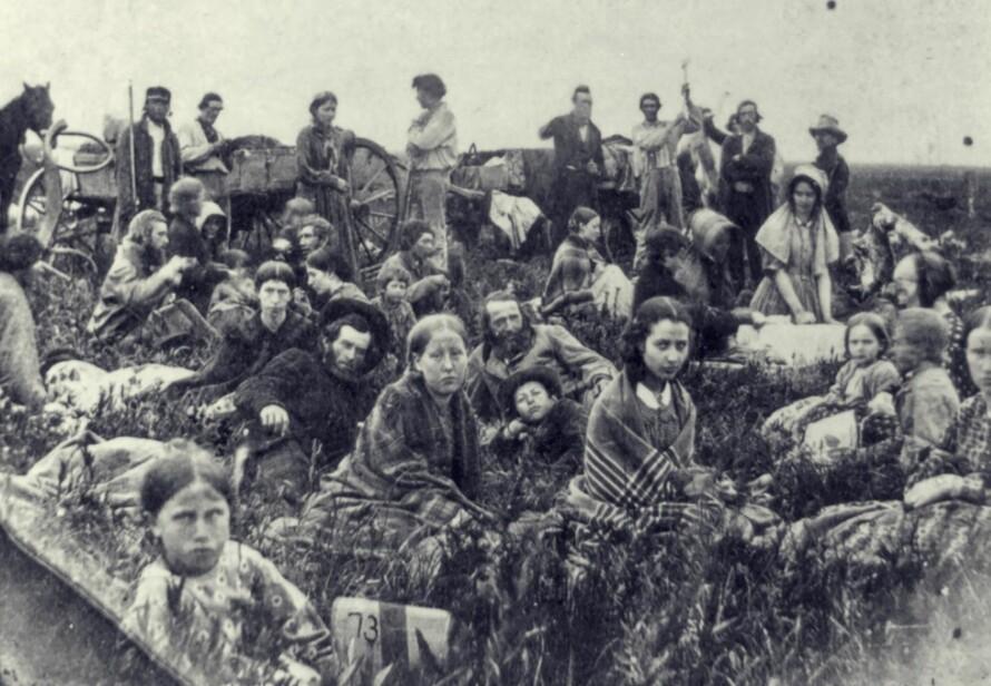 NYBYGGERE PÅ FLUKT: Etter mange års undertrykking og fordriving gjorde indianerne som før bodde i områdene nybyggerne overtok på 1800-tallet opprør. Utallige bønder ble drept og andre drevet på flukt – blant dem norske Guri Rosseland. Foto: Library of Congress <div><br><div><br></div></div>