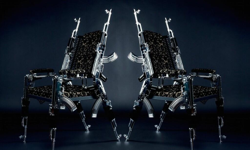 I SKUDDET: For å kjøpe disse stolene, laget av russiske AK47 automatgevær, må du i første omgang spørre om prisen - om du tør... Foto: Skjermdump: JamesEdition.com