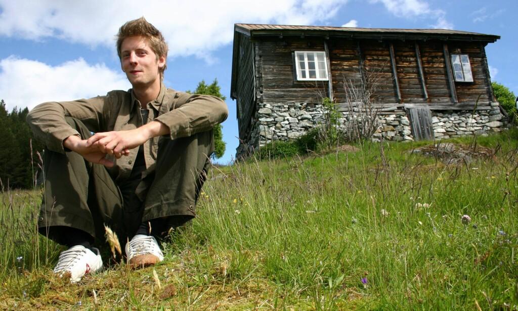 2004: Gaute Grøtta Grav på Kaupanger, den første sesongen han ledet «Farmen». Nå har han ledet hele ti sesonger og håper han får fortsette. Foto: NTB Scanpix