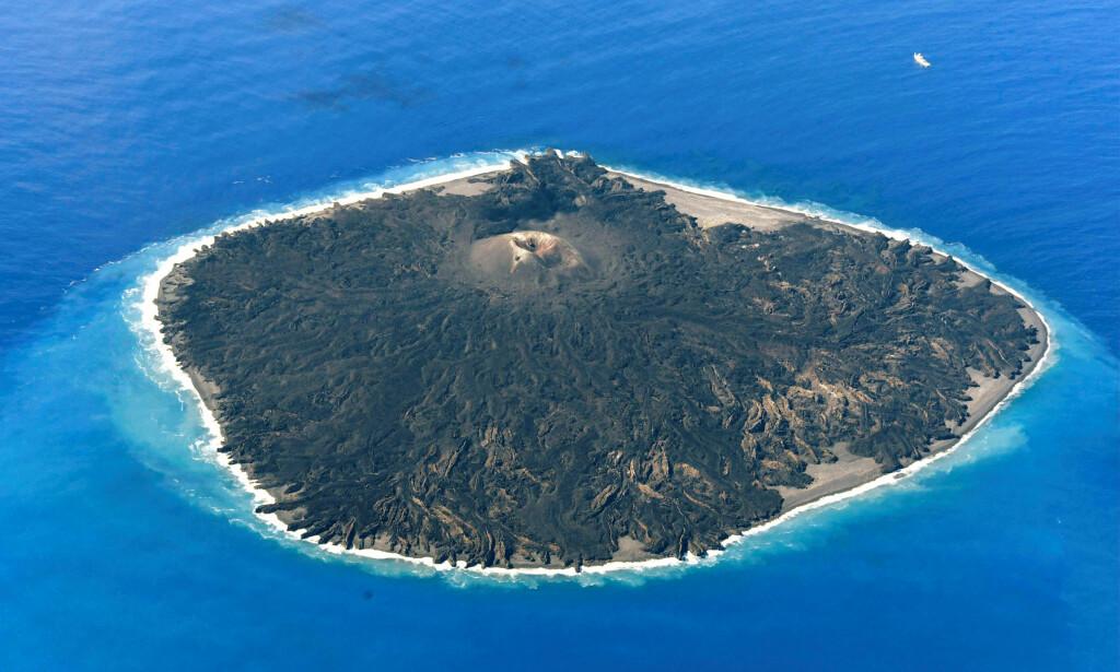 VULKANSK ØY: Studier av vulkaner er for tiden høyt prioritert i Japan, som ligger på det såkalte «Ring of Fire», som er et 40 000 kilometer langt hesteskoformet belte av dyphavsgroper, vulkanbelter og plategrenser på randen av Stillehavsgrensa i Asia, Amerika og Oseania. Foto: Kyodo/REUTERS