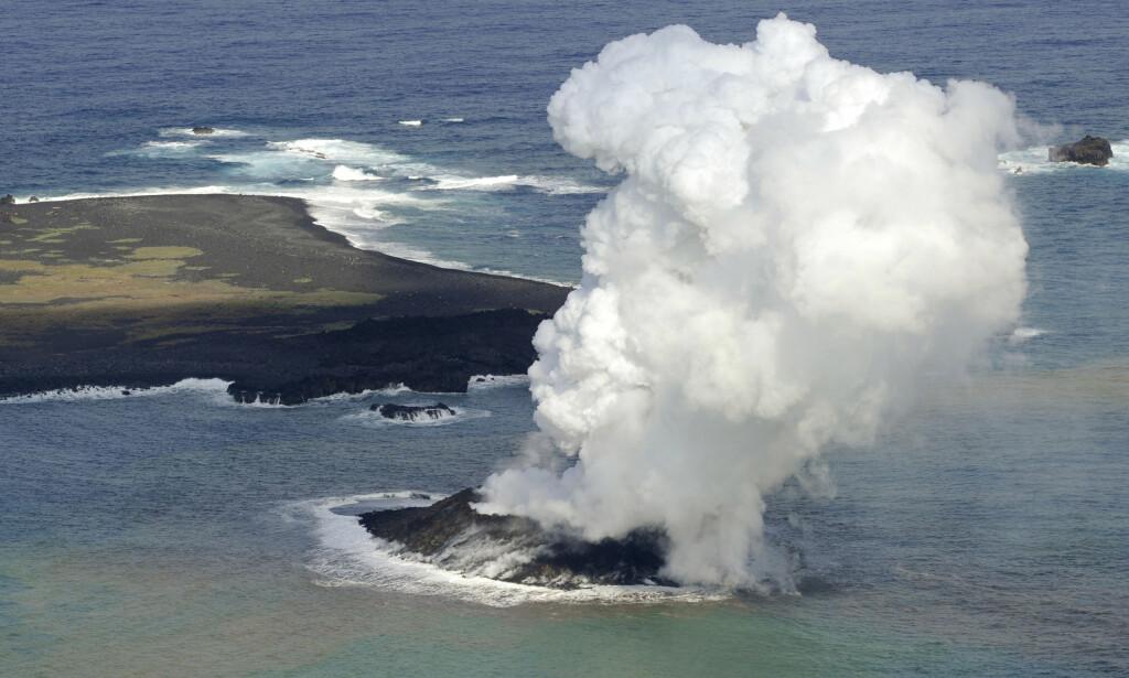 RØYKSKY: Store røykbølger steg opp da øya ble til i 2013. Foto: AP Photo/Kyodo News