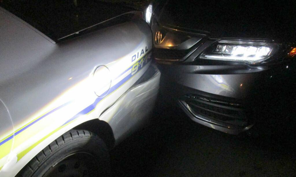 OH SNAP: En 19 år gammel kvinne fra Texas i USA er siktet for kjøring i beruset tilstand etter å ha krasjet med en politibil. Ifølge politiet skal kvinnen ha forsøkt å ta toppløsbilder i bilen, da ulykken skjedde. Foto: Politiet