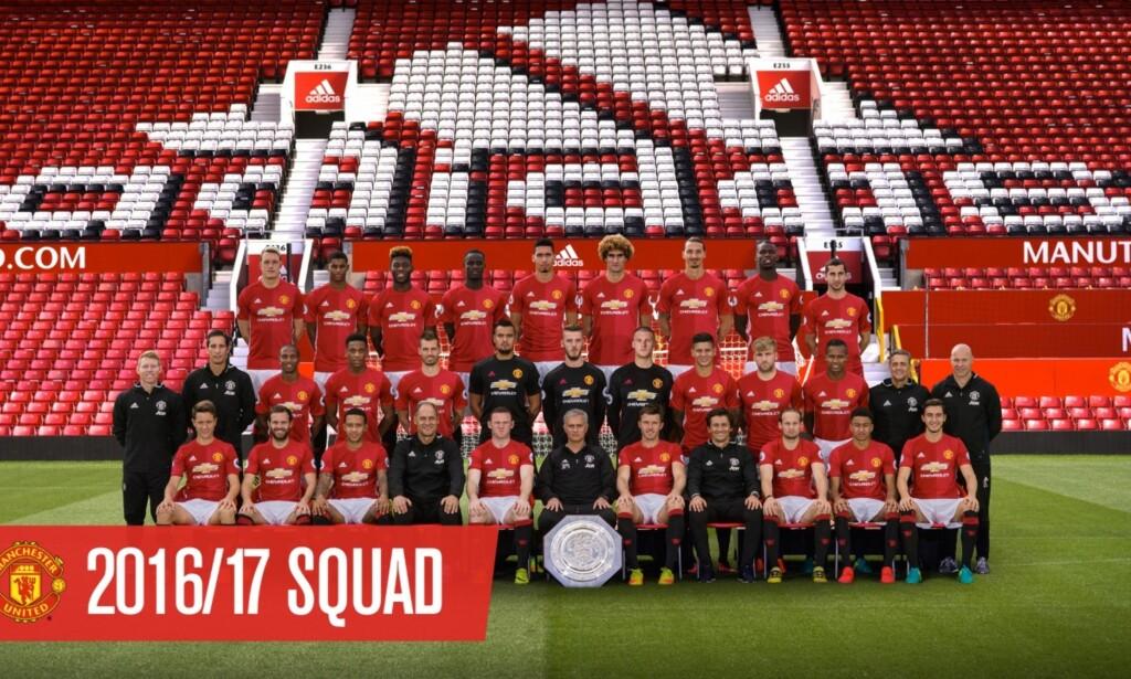 TROPPEN: Manchester United la i går ut et nytt bilde av årets tropp. Tyske Bastian Schweinsteiger er ikke med. Det er heller ikke fjorårets FA Cup-trofé. Foto: Manchester United