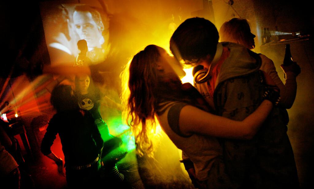 FESTLIGHETER: På ungdomsfester inntas det lovlige og ulovlige rusmidler. Helge Fredriksen advarer mot avkriminalisering, som han mener vil svekke evnen politiet har til å følge opp disse ungdommene. Illustrasjonsfoto: Scanpix NTB