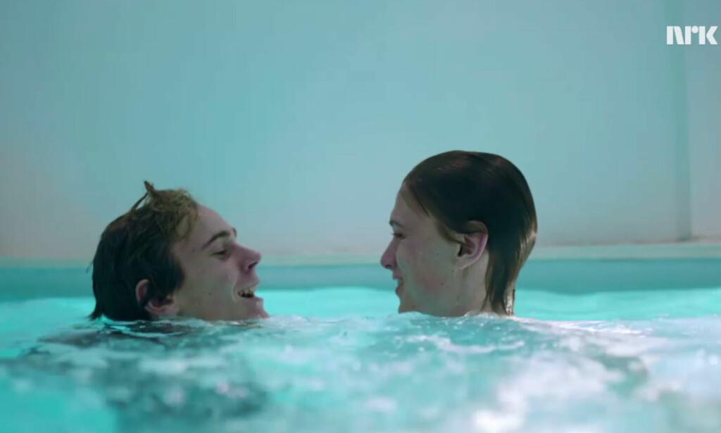 HOOK: Isak og Even drar på en nattelig svømmetur. Blir det endelig klining? Skjermdump: NRK