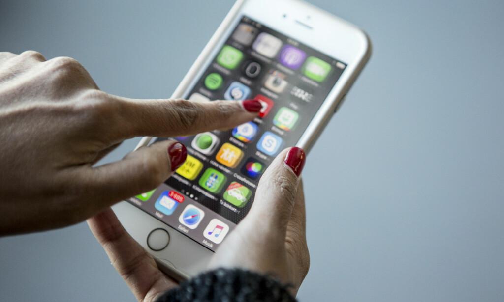 MOBILE VANER: Unge mennesker bruker mobiltelefonen til å sjekke nyheter og sosiale medier. Mest gjør de det hjemme, ifølge ny undersøkelse. Foto: NTB Scanpix