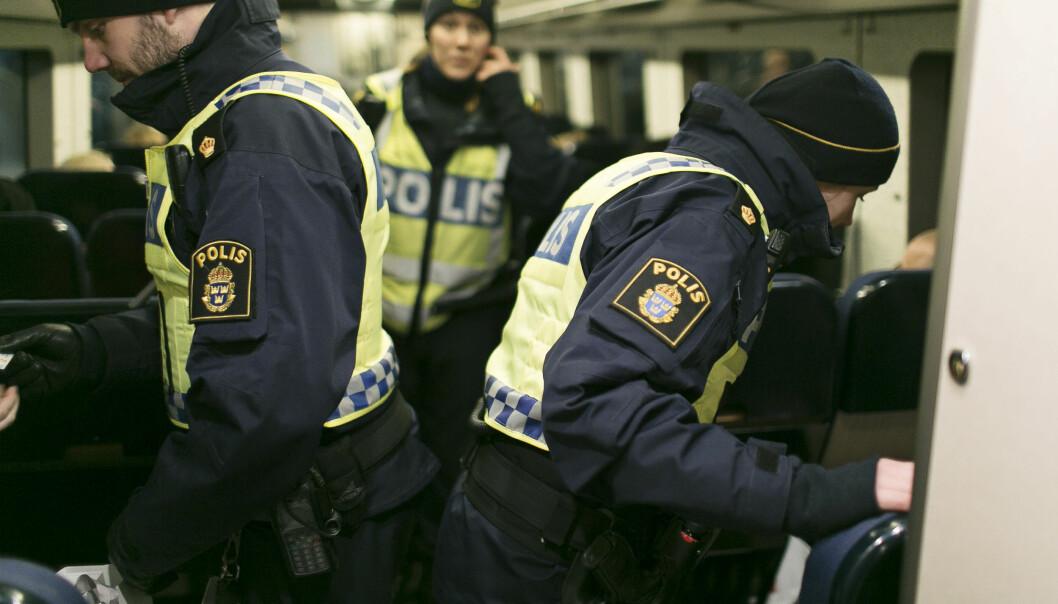 FEIL TALL: Det foreligger ikke informasjon – meg bekjent – som viser at nyankomne migranter står bak et stort antall drap i Sverige det siste året, skriver artikkelforfatteren. Her sjekker svensk politi ID-papirer.