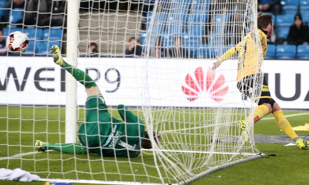 MÅL: Gary Martin fikk en enkel jobb med å banke ballen i mål fra kort hold, og LSK-fansen bak målet brøt ut i vill jubel. Foto: Håkon Mosvold Larsen / NTB scanpix